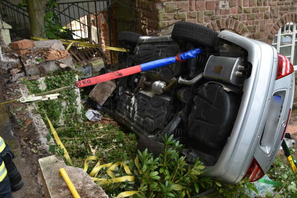 Zum Schluss kippte der Mercedes auf die Seite. Rettungskräfte stabilisierten ihn.