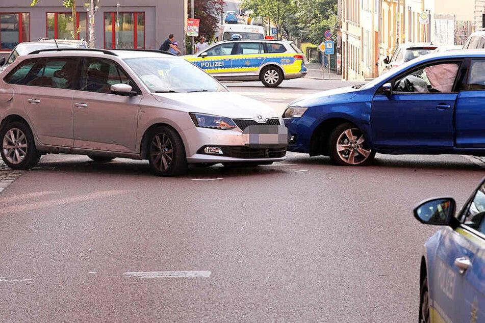 Frontalcrash mitten in der Neustadt: Zwei Skoda krachen ineinander
