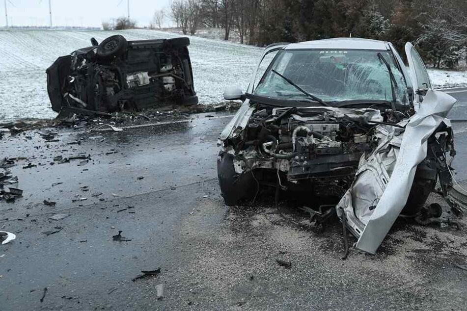 19-Jähriger verliert auf B6 Kontrolle und kracht frontal in Opel: Drei Schwerverletzte