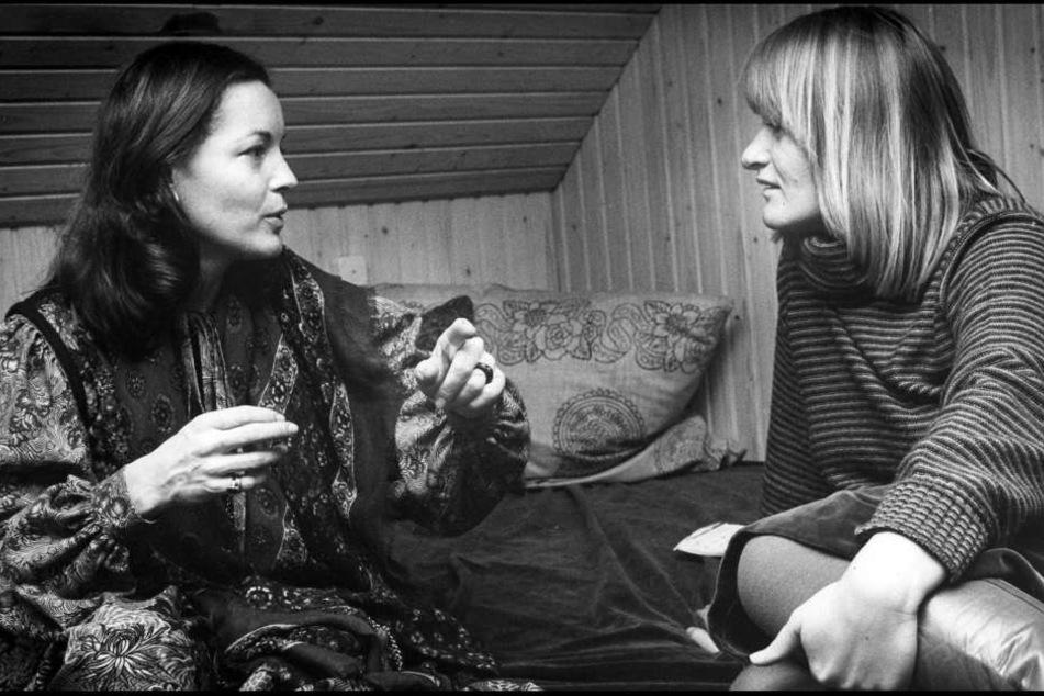 """Schauspielerin Romy Schneider (li.) im Gespräch mit der Feministin und Journalistin Alice Schwarzer in einer Szene des Dokumentarfilms """"Ein Abend mit Romy""""."""