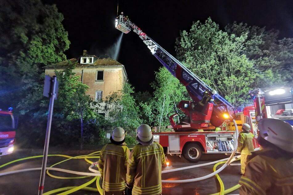 Als die Feuerwehrleute am Freitagabend eintrafen, stand der Dachstuhl bereits in Vollbrand.