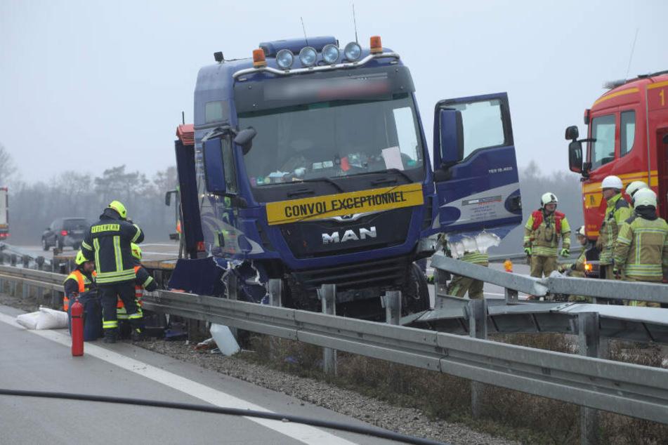 Lkw rast auf A13 in Leitplanke, Autobahn zeitweise gesperrt