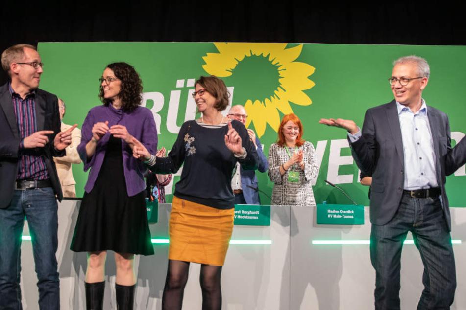 Die Grünen-Landesvorsitzenden Kai Klose (l-r) und Angela Dorn, die hessische Umweltministerin Priska Hinz und derWirtschaftsminister Tarek Al-Wazir auf der Bühne.