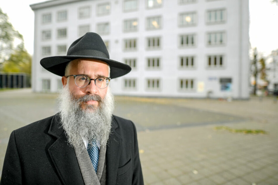 Landesrabbiner Shlomo Bistritzky steht auf dem Joseph-Carlebach-Platz in Hamburg, wo bis 1939 die Synagoge stand.