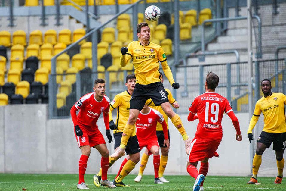 Ein erfolgreicher (Gesundheits-)Test für Jannik Müller (o.). Hier, gegen den Halleschen FC, steigt er zum Kopfball in die Lüfte. Sein Fuß hielt der Belastung stand.