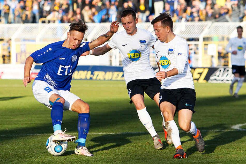 Nils Blumberg (M.) hat sich in den letzten Jahren bei Hertha BSC II zu einem herausragenden Regionalliga-Spieler entwickelt.