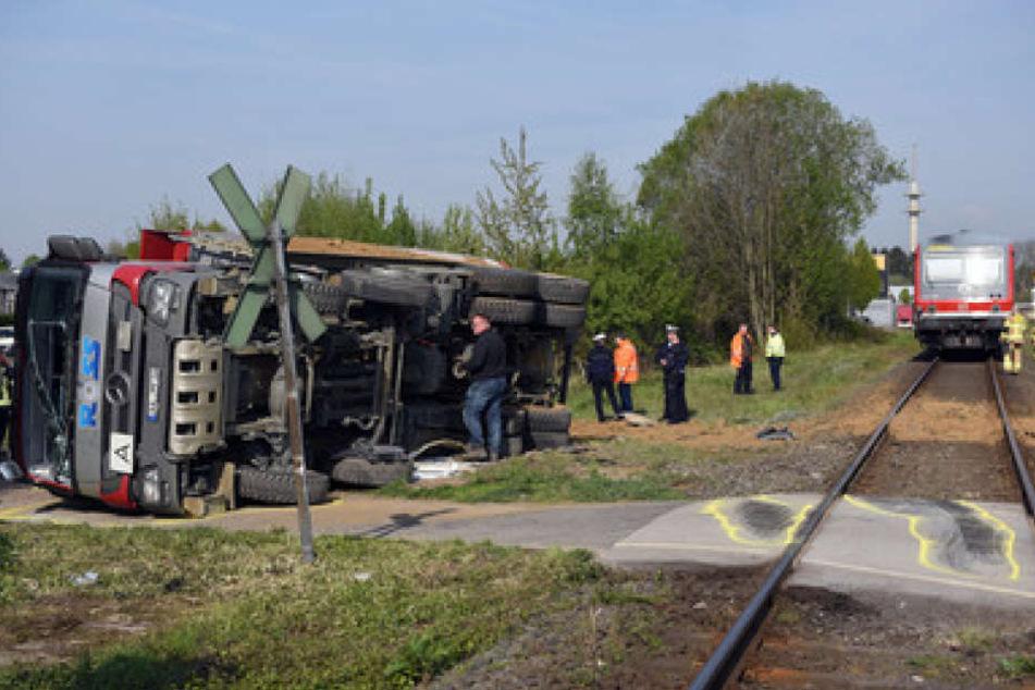 Der Zug traf den Laster mit voller Wucht. 13 Insassen und der Fahrer des Lasters wurden verletzt.