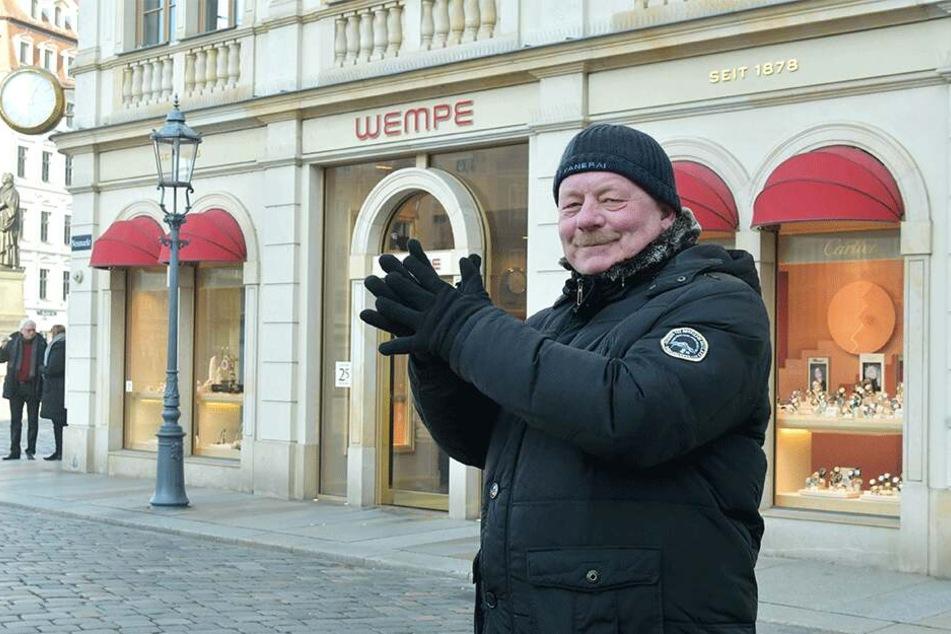 Wachmann Roland Schubert (60) macht Finger- und Fußgymnastik.