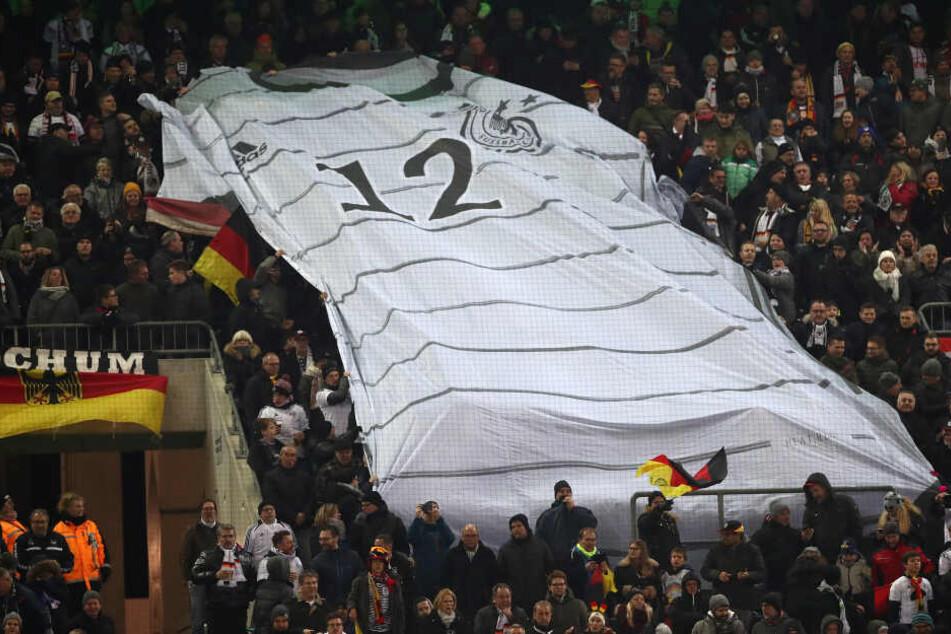 Künftig soll es bei Freundschaftsspielen der deutschen Nationalmannschaft auch wieder Stehplätze geben.