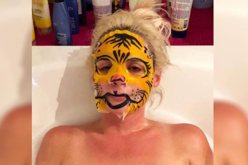 Daniela Katzenberger ist immer für eine Überraschung gut: Diesmal zeigt sie sich mit Tigermaske in der Badewanne.