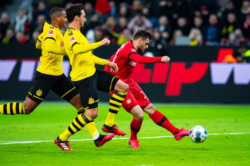 Mats Hummels (Mitte) und Manuel Akanji (links) können nicht mehr eingreifen: Kevin Volland trifft zum 1:0 für Bayer Leverkusen.