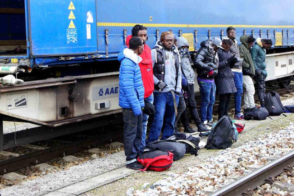 Die Bundespolizei entdeckte die Migranten in einem LKW-Auflieger auf einem Güterzug.
