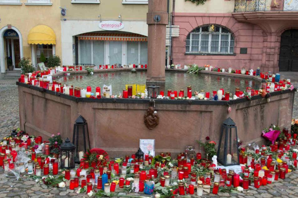 Kerzen und Gedenkbriefe für die getötete Joggerin stehen in Endingen auf dem Stadtbrunnen. (Archivbild)