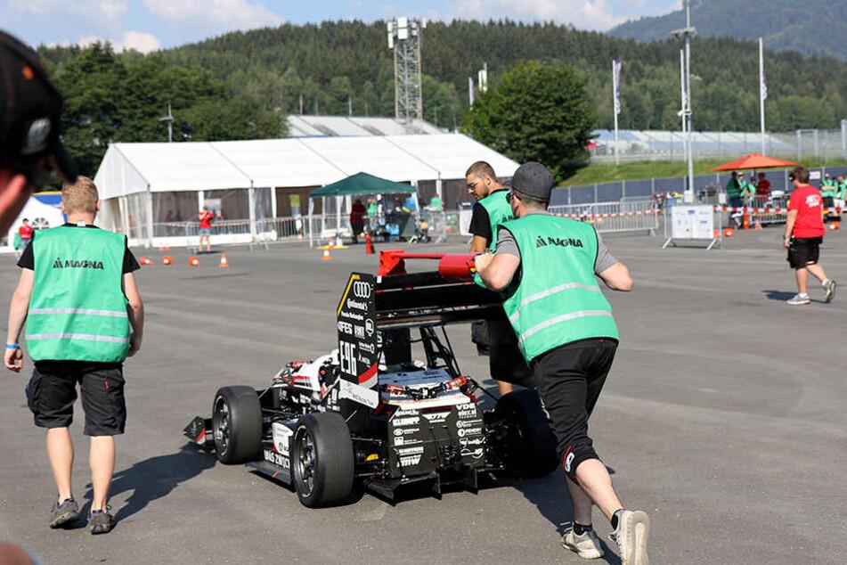 """Das Racing Team der Hochschule Zwickau hat ein Jahr lang an """"Eberhard"""", dem Mini-Flitzer, getüftelt."""