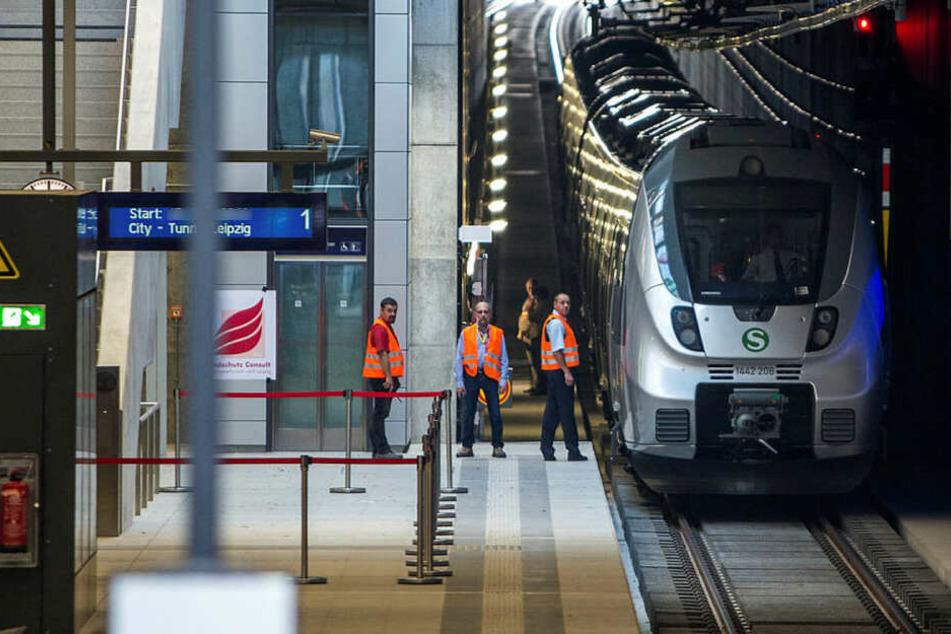 Im Leipziger Citytunnel hat ein 23-Jähriger am Freitagmorgen die Notbremse in einer S-Bahn gezogen und ist auf den Gleisen in die Röhre gerannt. (Archivbild)