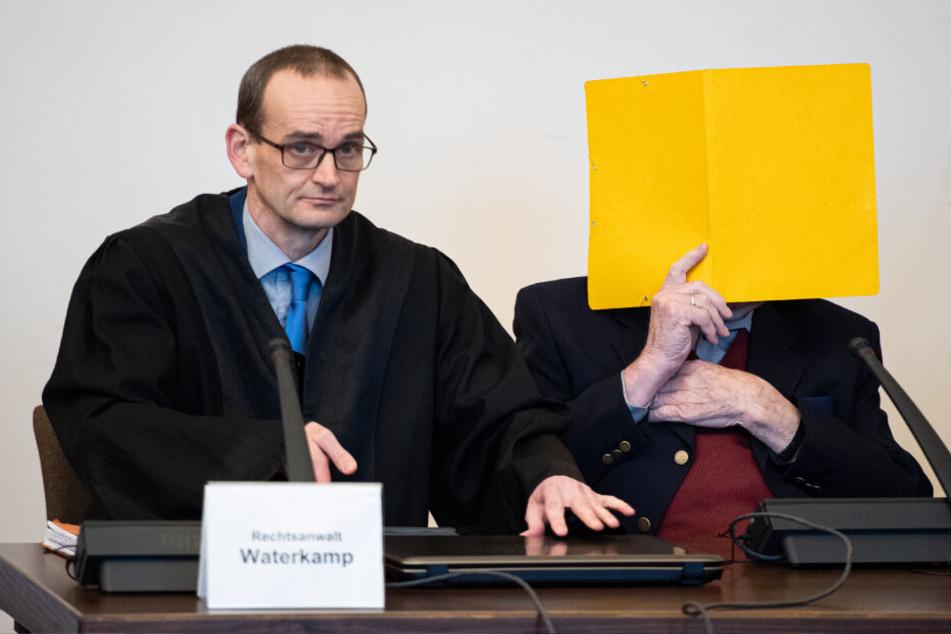 Bruno D. (rechts) sitzt vor Beginn des Prozesses im Gerichtssaal neben seinem Anwalt Stefan Waterkamp.