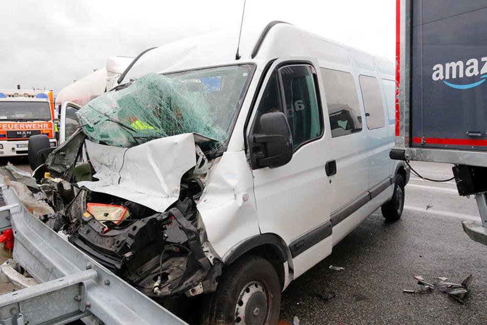 Vollsperrung auf der A14: Transporter kracht auf Lastwagen