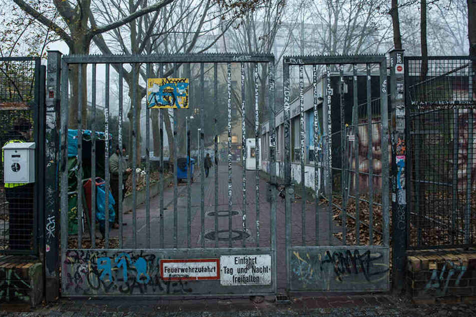 Das Eingangstor der von Asylbewerbern besetzten Gerhart-Hauptmann-Schule in Berlin-Kreuzberg.