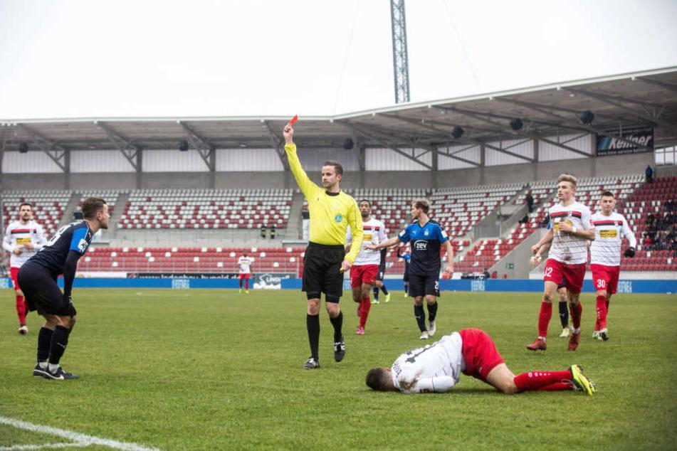 Nils Miatke erhielt im Spiel gegen Rot-Weiß Erfurt die rote Karte.