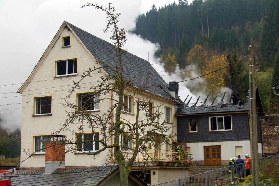 Riesige Rauchschaden ziehen in den Himmel über Lippelsdorf.