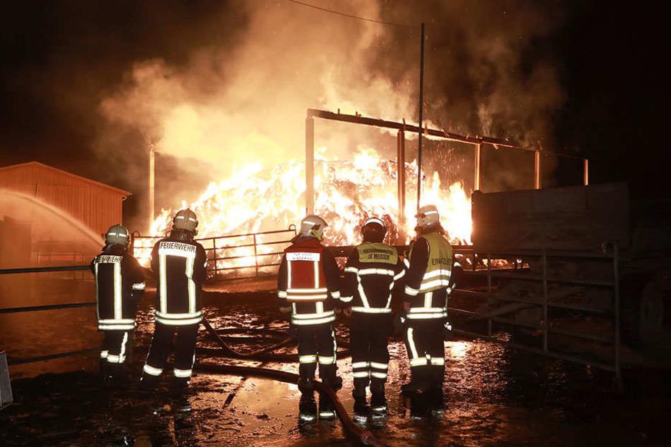 Die Kameraden der Feuerwehr mussten zu einem Strohlager in Niederau ausrücken.