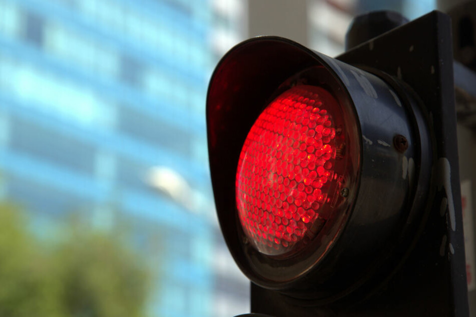 Eine rote Ampel nervte einen Mercedes-Fahrer anscheinend. (Symbolbild)