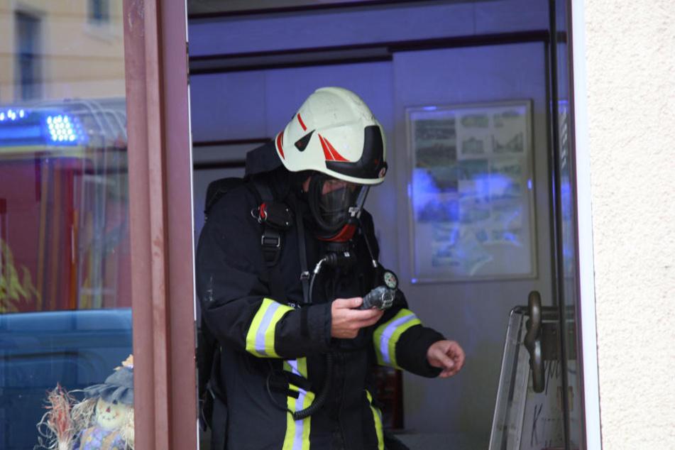 Mit spezieller Ausrüstung ausgestattet untersuchten die Feuerwehrmänner das Haus auf Kohlenmonoxid.