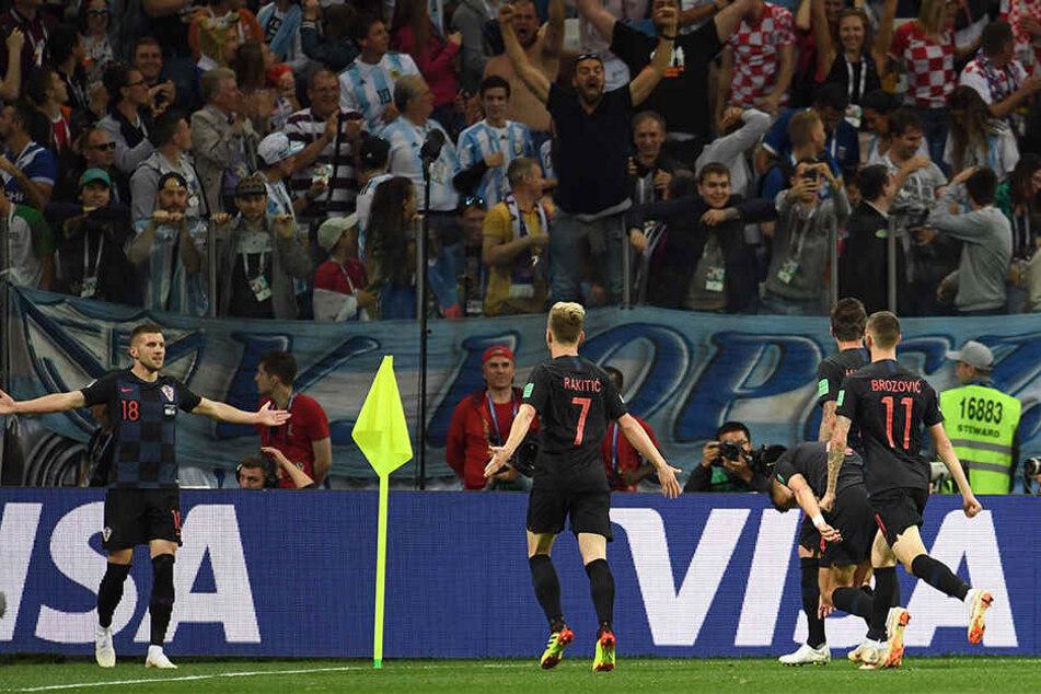 Torschütze Ante Rebic aus Kroatien (l.) jubelt mit seinen Teamkollegen über seinen Treffer zum 1:0.