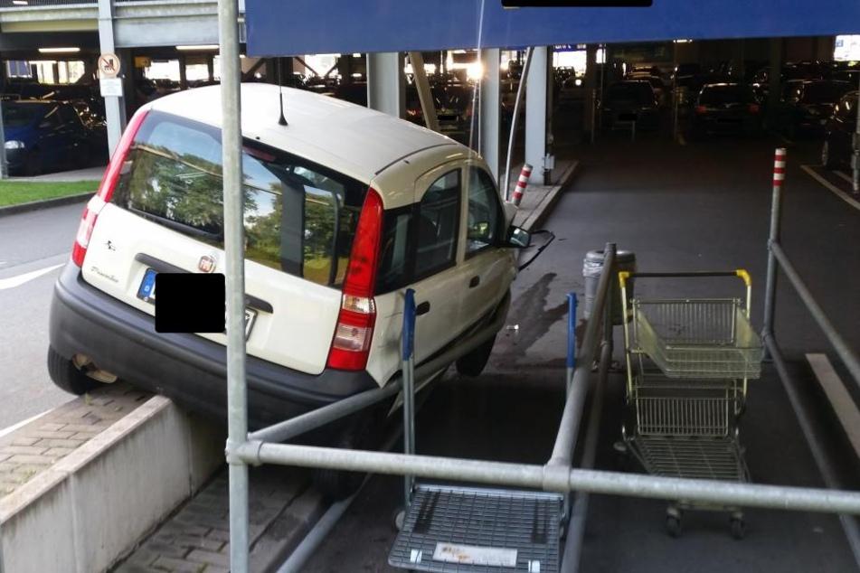 So wollte die Frau mit Sicherheit nicht einparken.