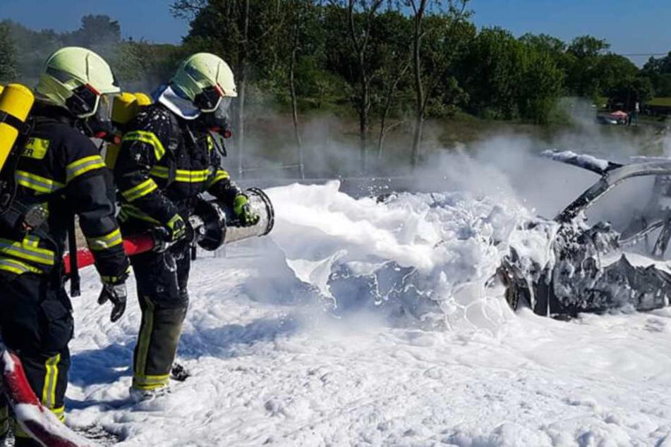 Feuerwehrleute Löschen den Porsche.