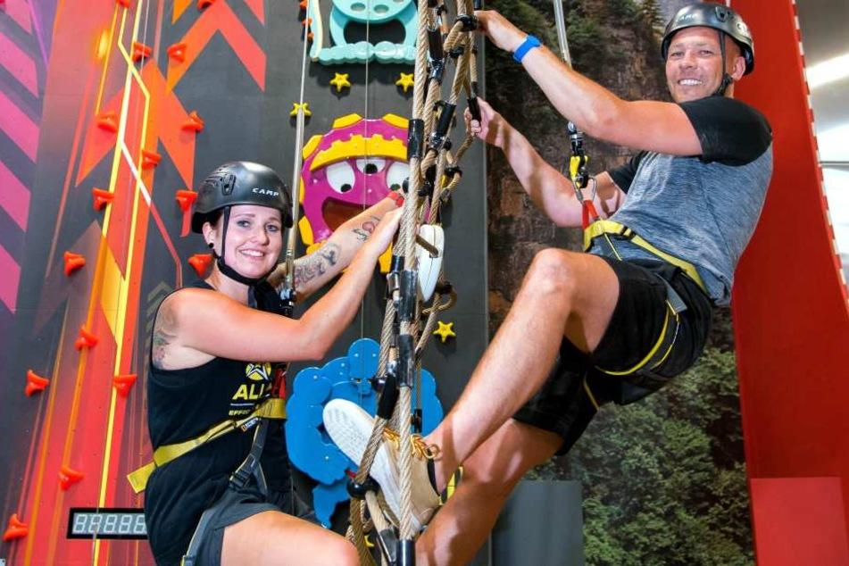 Lisa Brückner (24) und Maik Ehmke (39) testen eine der elf Kletterwände.