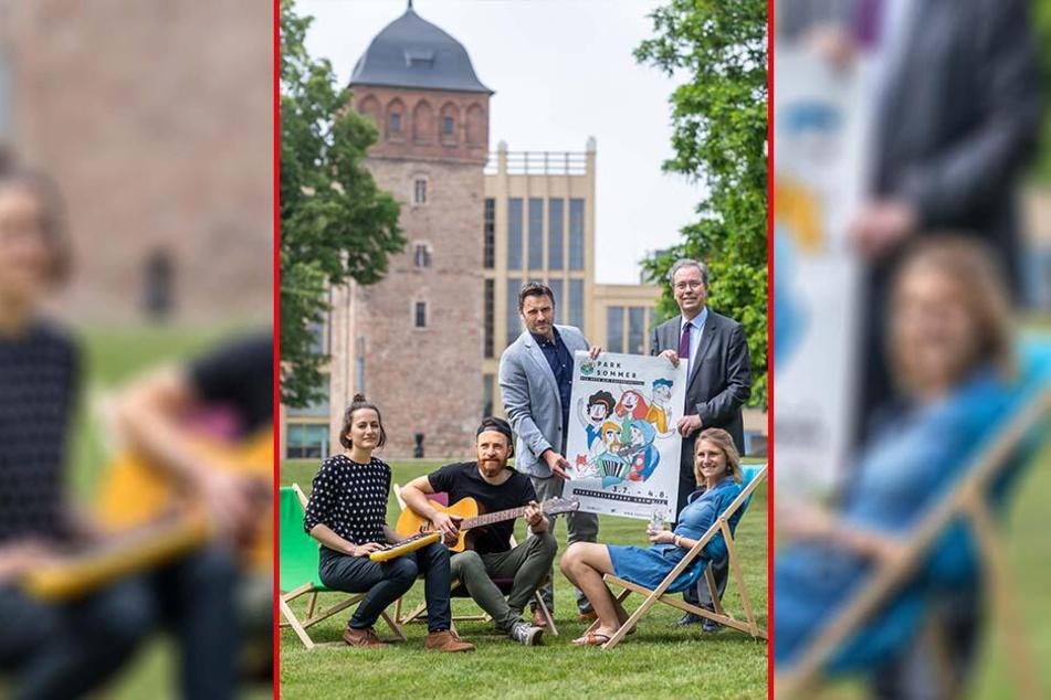 """Das Parksommer-Team lauscht der Musik von Anne Günther (35) und Falk Hofmann (links). Die beiden treten zum Festival mit ihrer Band """"O'Stereo"""" auf."""