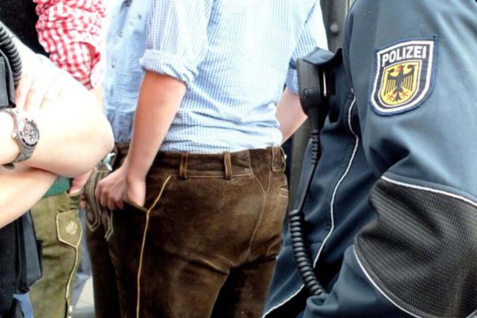 Wiesn-Besucher drehen an Bahn-Haltestellen durch: Polizei muss anrücken!