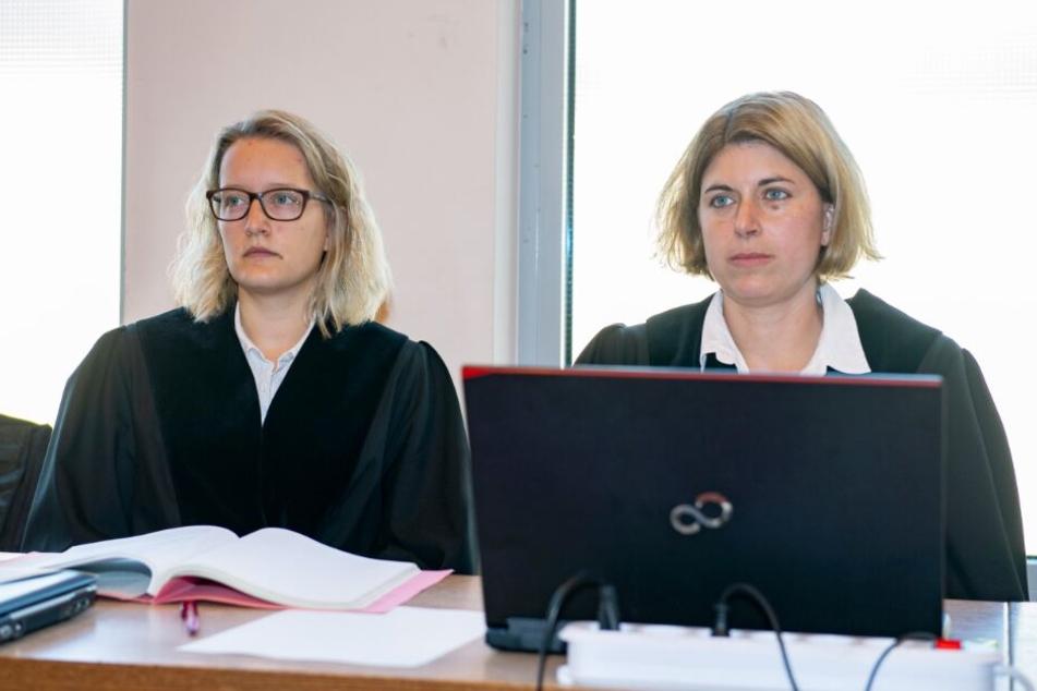 Die beiden Staatsanwältinnen Helena Werpup (r) und Jacqueline Kleine-Flaßbeck klagen Andreas V. und Mario S. an.