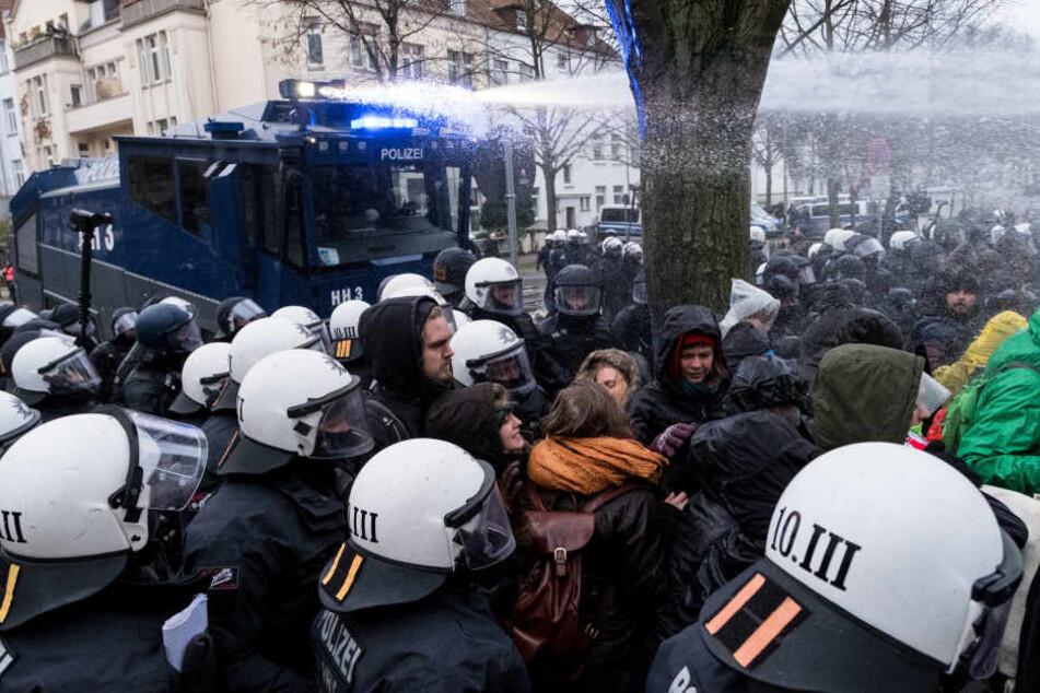 Die Polizei setzte Wasserwerfer gegen die Demonstranten ein.