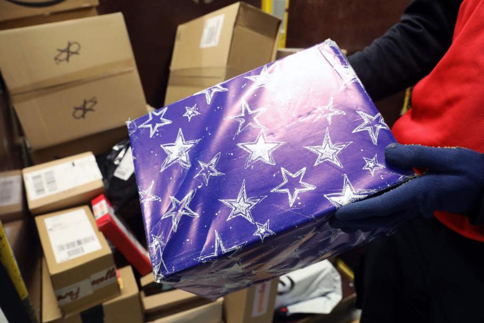 Dreister Weihnachts-Grinch stiehlt 30 Pakete aus Lieferwagen