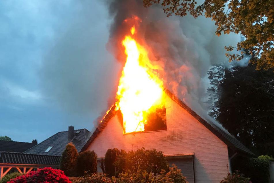 Die Flammen schlugen mehrere Meter aus dem Haus.