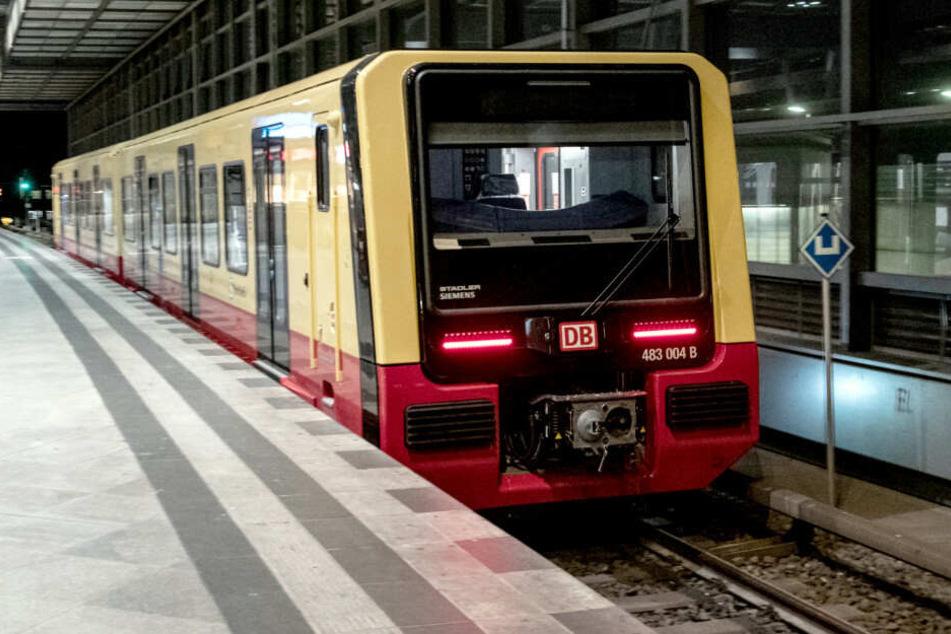 Mann sitzt auf S-Bahn-Gleisen und wird von Zug erfasst