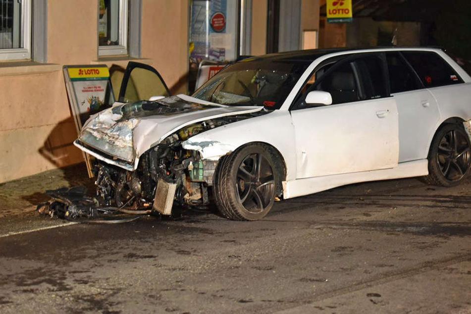 Audi-Fahrer verliert Kontrolle und hinterlässt Spur der Verwüstung