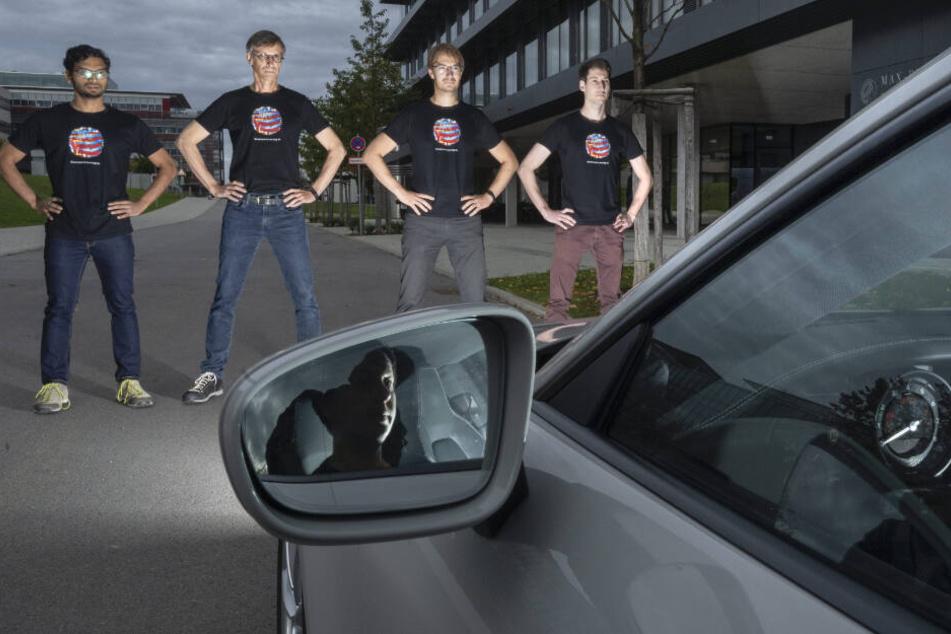 Die Tübinger Forscher tragen das Pixelmuster auf einem Shirt (v.l.): Anurag Ranjan, Michael J. Black, Andreas Geiger and Joel Janai.