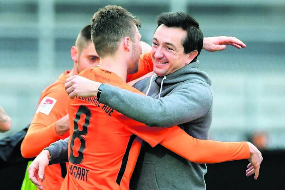 FCE-Trainer Daniel Meyer (r.) umarmt Tom Baumgart.