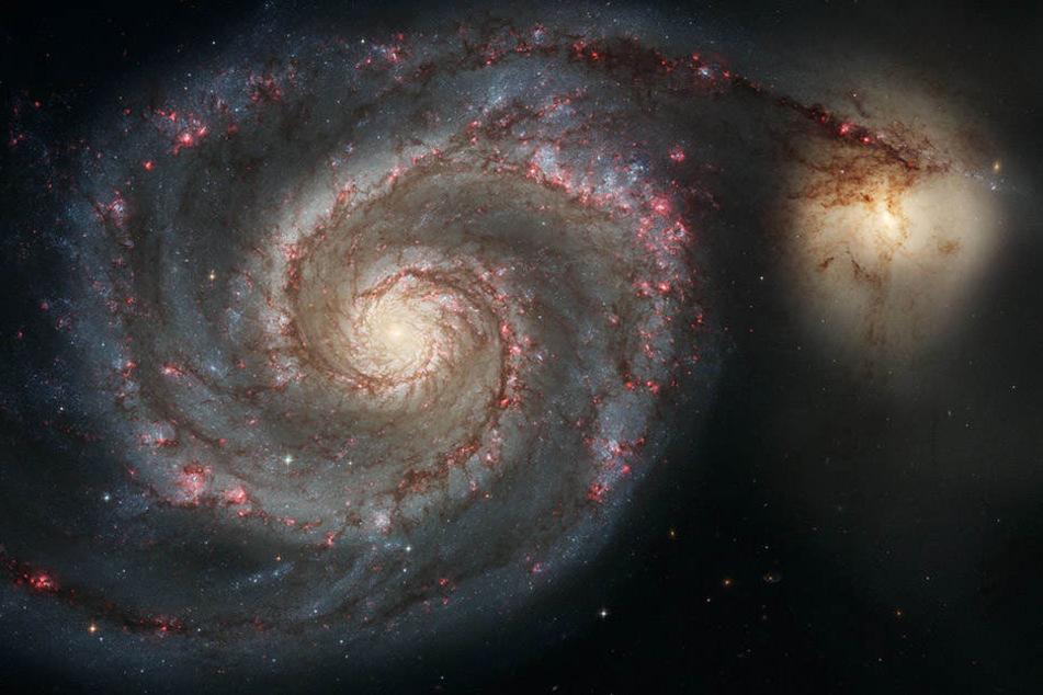 Dieses Hubble-Weltraumteleskopbild stellt eine Verschmelzung zweier Galaxien dar, die in der Masse der Milchstraße und der großen Magellan'schen Wolke ähneln.