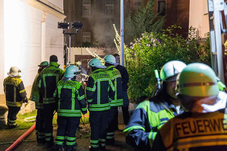 Auch eine angrenzende Garage wurde bei dem Feuer beschädigt.