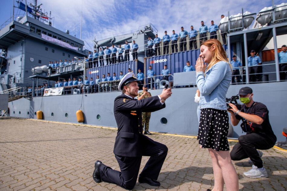 """Als die """"Donau"""" im Juni nach langer Fahrt zurückkam, machte Obermaat Ole Diehr vor versammelter Mannschaft seiner Freundin Claudia S. einen Heiratsantrag."""