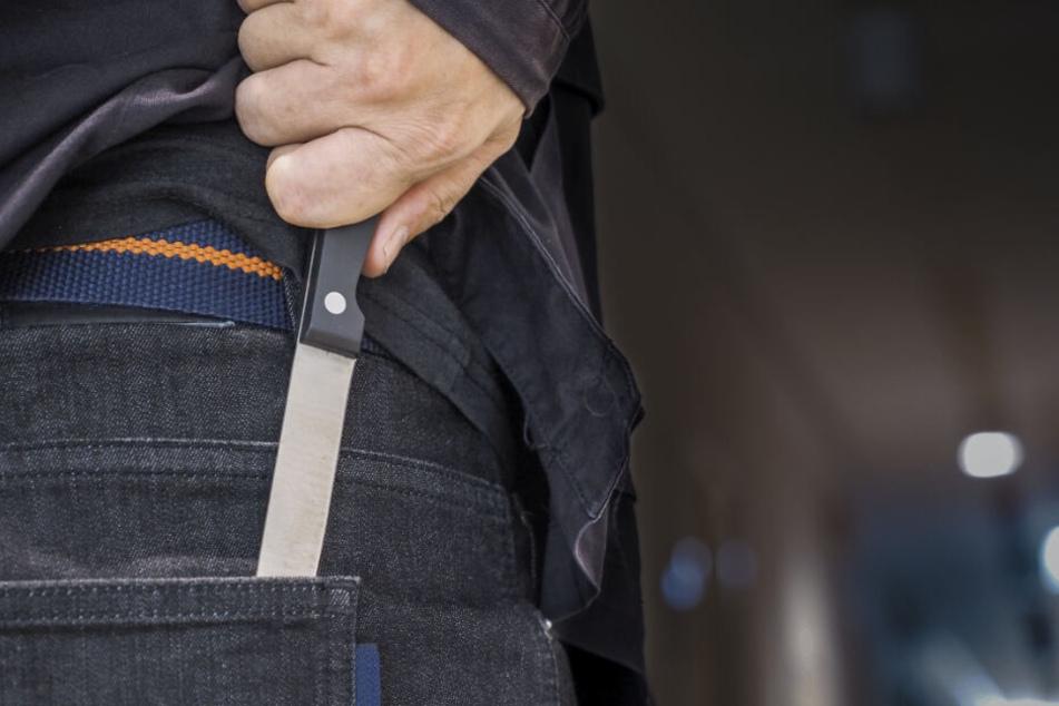 Der Mann näherte sich den Polizisten trotz Warnung mit einem Messer. (Symbolbild)