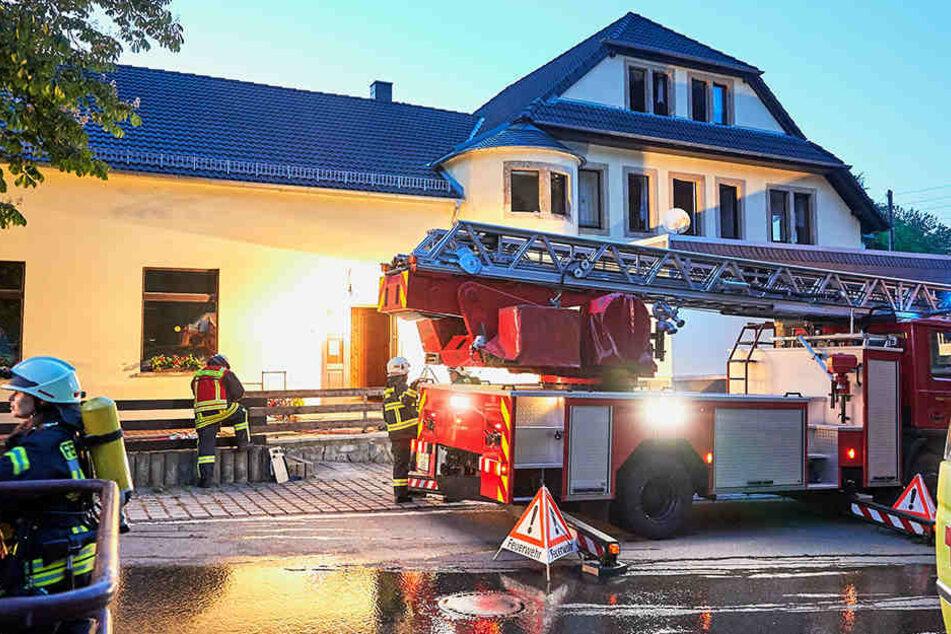 Wegen einer Kerze im Meditationsraum rückte die Feuerwehr am Abend zu der ehemaligen Disko aus.