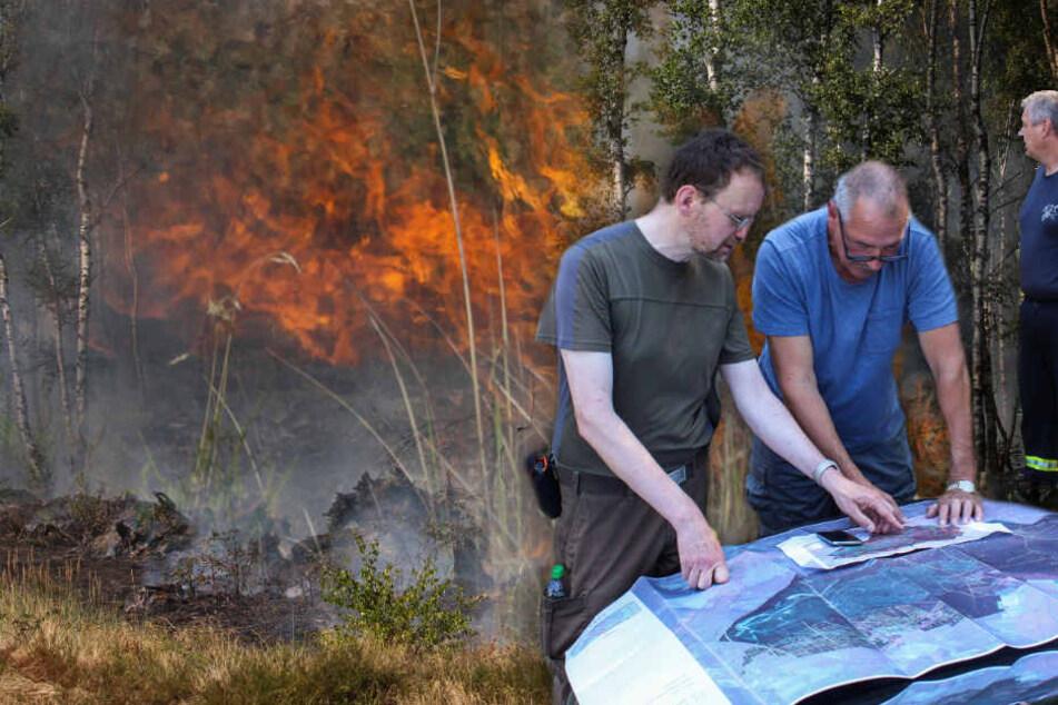 Andreas Meißner von der Naturlandschaften Brandenburg plant mit Feuerwehrleute und Forstmitarbeiter den Einsatz bei einem Waldbrand auf dem ehemaligen Truppenübungsplatz.