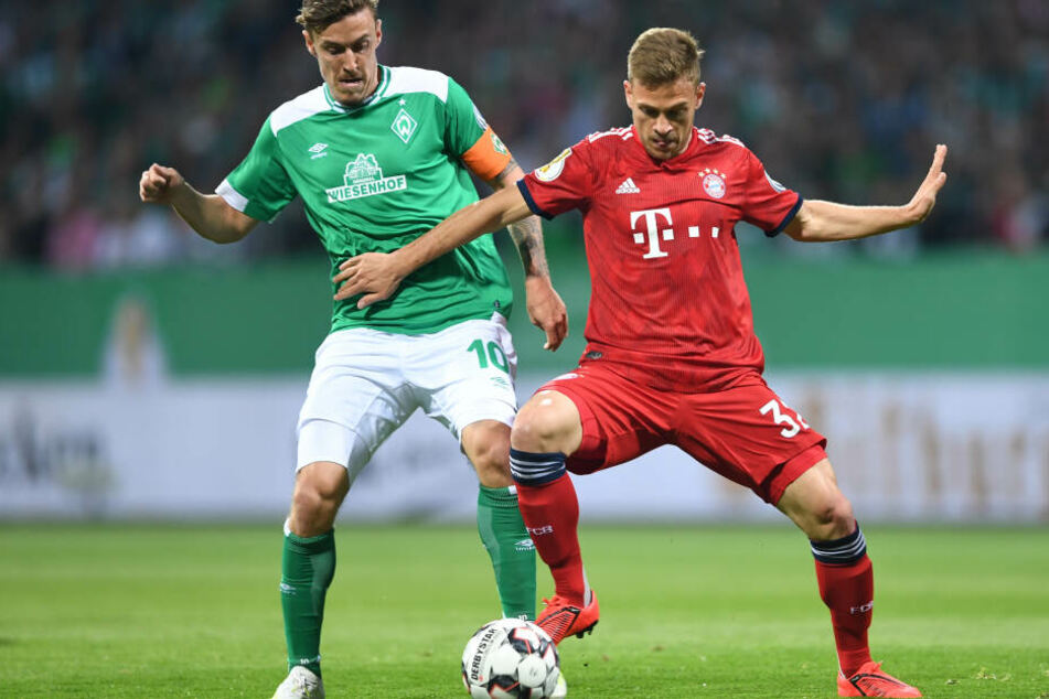 Bremens Max Kruse (l) und Münchens Joshua Kimmich kämpfen um den Ball.