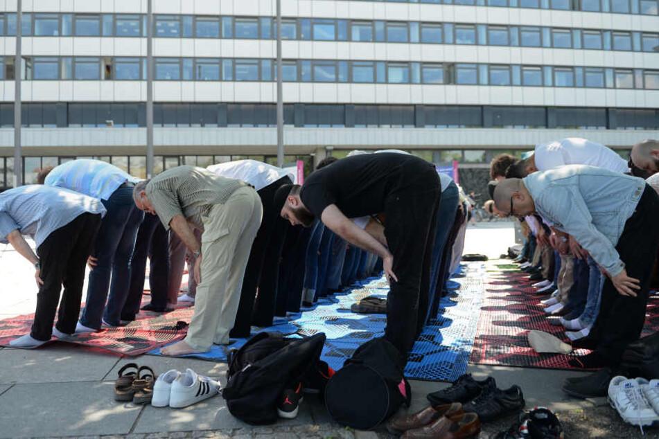 Muslime beim Freitagsgebet in Berlin.