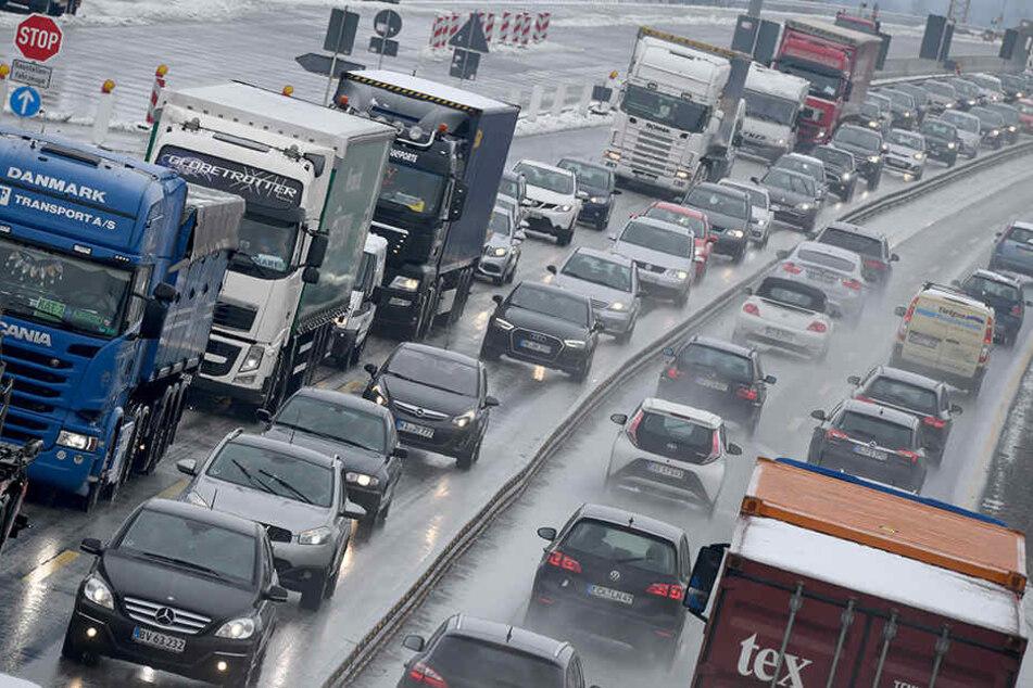 Die Autobahn musste am Mittwoch zeitweise komplett gesperrt werden, wie die Polizei am Donnerstag mitteilte. (Symbolbild)